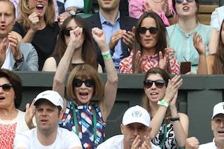 """La versione """"inedita"""" di Anna Wintour: sorride ed esulta a Wimbledon"""