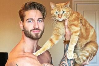 Si allena usando il gatto al posto dei pesi: il sexy modello fa impazzire il web