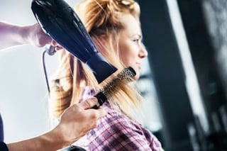 Ustioni all'inguine e ciglia storte: i rischi della beauty routine fai da te