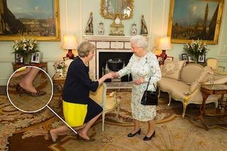 Theresa May incontra la regina con scarpe maculate: guizzo di stile per la nuova premier