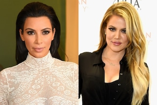 Khloé e Kim Kardashian senza reggiseno: gli abiti aderenti rivelano le curve