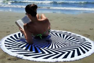 Ciabatte, telo mare e maschera: i consigli per lavare gli oggetti che usiamo in vacanza
