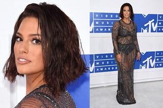 Ashley Graham, nuovo taglio di capelli e trasparenze sul red carpet degli Mtv VMA 2016