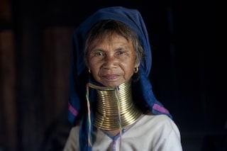 """Le """"donne giraffa"""": il collo allungato dagli anelli di ottone è simbolo di bellezza"""