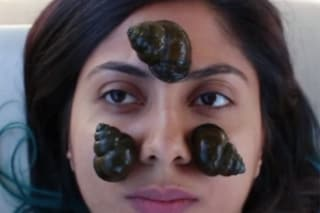 Lumache vive sul viso: l'esperimento della blogger