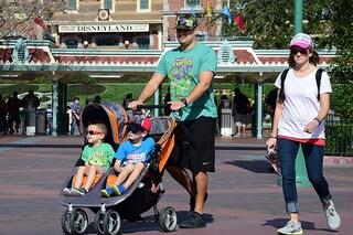 Pericolo afa: non coprite i bambini nel passeggino durante le giornate calde