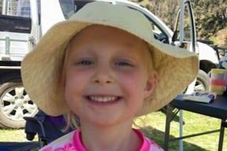 A 5 anni rischia la vita a causa di un'infezione all'orecchio: Chloe è una combattente