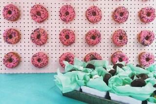 """Dimenticate il tavolo dei dessert, ai matrimoni arriva il """"muro di ciambelle"""""""