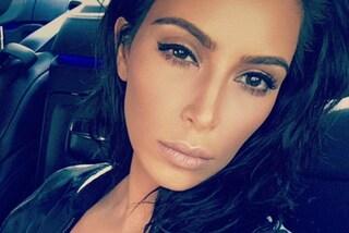 Kim, ma come ti vesti? Capezzoli in mostra, mantello e ciabatte di pelo per la Kardashian