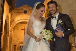 Margareth Madè elegantissima in bianco: Armani ha firmato i suoi due abiti da sposa