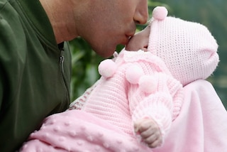 """I papà non vogliono rimanere a casa con i figli neonati: è a causa delle """"mamme bulle"""""""