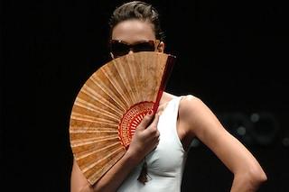 E' ventaglio mania: le starcombattono il caldo con stile