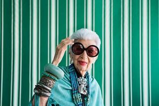 Iris Apfel diventa stilista: a 95 anni disegna una collezione di calze per Happy Socks