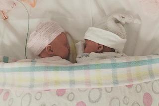 Dà alla luce una seconda coppia di gemelle identiche: il papà fa fatica a distinguerle