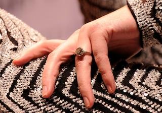 Perché una donna non dovrebbe indossare l'anello di fidanzamento a un colloquio di lavoro?
