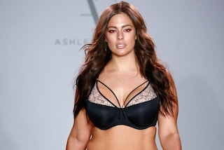 Ashley Graham sfila in intimo: a New York la modella presenta la lingerie per donne curvy