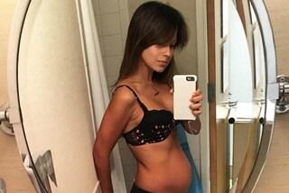 """Hilaria Baldwin mostra la pancia 24 ore dopo il parto: """"Non vergognatevi del vostro corpo"""""""