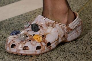 Le Crocs diventano glamour: le pantofole in gomma sfilano in passerella a Londra