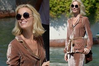 Eva Herzigova al Festival Venezia con pigiama in velluto. Non avrà caldo?
