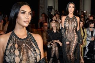 Il nude look di Kim Kardashian: a Parigi indossa l'abito completamente traforato