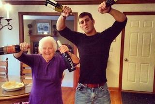 Beve vino e suona il sax: ecco la nonna più scatenata del web