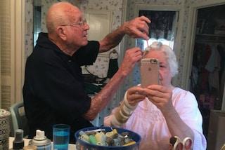 Il nonno che taglia i capelli alla moglie emoziona il web: l'amore è nei piccoli gesti