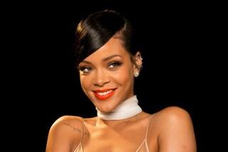 """Maxi pelliccia rossa per Rihanna: lo strano look """"a cuore"""" della popstar"""