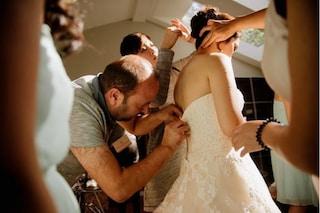 La zip dell'abito da sposa si rompe: il rifugiato siriano salva le nozze