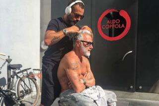 Gianluca Vacchi si fa tagliare i capelli in strada dal parrucchiere delle star