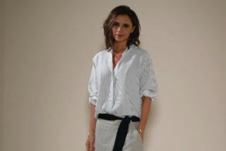 """Il look """"monacale"""" di Victoria Beckham: dice addio ai tacchi e dà spazio alla comodità"""
