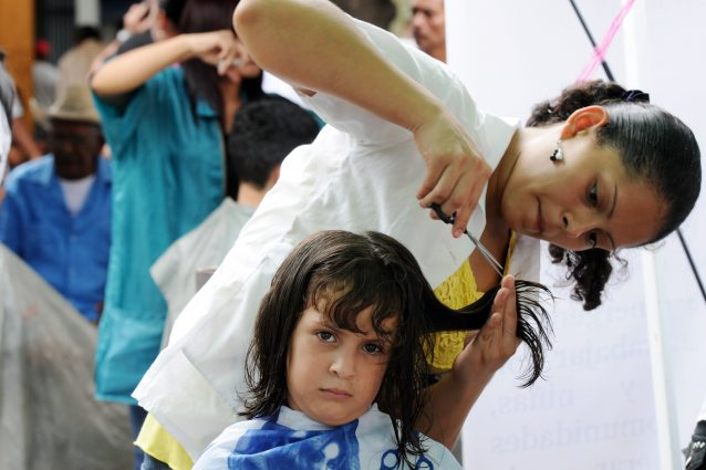 20540dcefa Tagliare i capelli a un bambino non sempre è un'operazione semplice: spesso  infatti è difficile farli stare fermi, soprattutto quando sono piccoli.