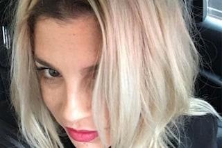"""Capelli """"ice blonde"""" e ricrescita in mostra: il nuovo look di Emma Marrone"""
