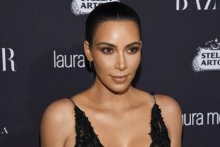 Kim Kardashian senza trucco e in ciabatte: esce per la prima volta dopo la rapina a Parigi