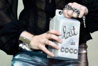 Cartoni del latte e hula hoop: le borse più assurde di Chanel
