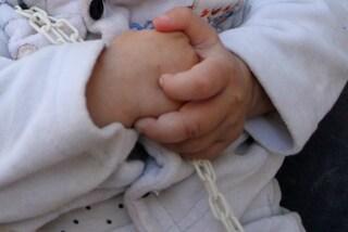 """Jesse, il neonato """"capellone"""" che ha fatto il primo taglio a sole 7 settimane"""