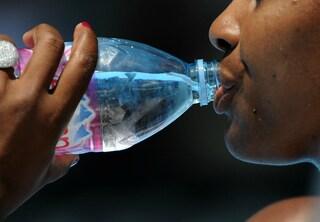 Ecco perché non dovremmo bere acqua dalle bottiglie di plastica vecchie