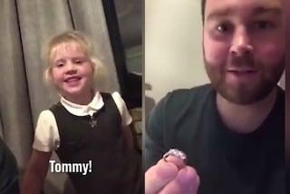 Ruba alla mamma l'anello di diamanti per chiedere all'amichetta di sposarlo