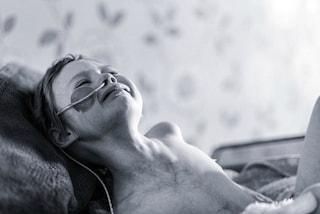 """""""Nessun bimbo deve soffrire così"""": il papà mostra la straziante foto della figlia malata"""