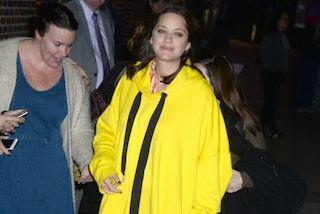 Marion Cotillard nasconde il pancione: in gravidanza solo abiti larghi e maxi felpe