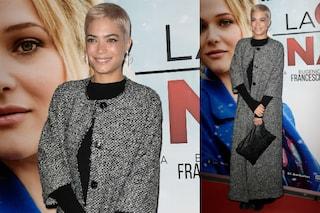 """Elodie e il cappotto da """"signora"""": l'insolito look della cantante"""