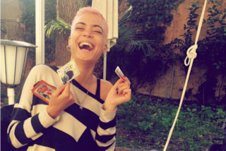 Elodie ritorna al rosa e rasa i capelli a zero: il nuovo look della cantante