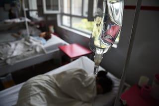 """""""La sua sofferenza deve finire"""": la mamma condivide la straziante foto del figlio malato"""