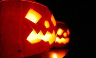 Trucca la figlia ad Halloween con un prodotto economico, il volto della bimba resta verde