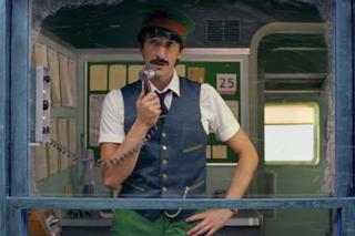 Il Natale di H&M è firmato Wes Anderson, Adrien Brody guida un treno in un mondo magico