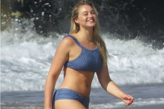 Iskra Lawrence in bikini sui social: la curvy mette in mostra le forme sexy