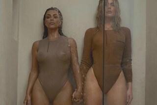 Il ritorno di Kim Kardashian: super sexy sotto la doccia con la sorella Khloe