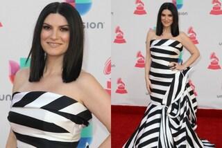 Laura Pausini ai Latin Grammy Awards: il look a righe sul tappeto rosso