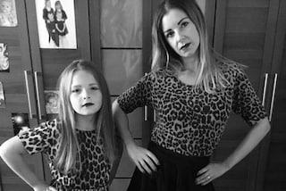"""""""Ci scambiano per sorelle"""": la mamma insegna alla figlia di 9 anni a essere una diva"""