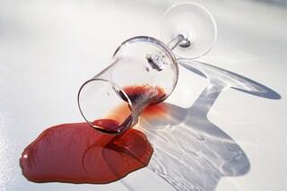 Come togliere le macchie di vino: tutti i rimedi più efficaci per rimuoverle
