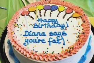 """""""Sei grassa"""", """"Nessuno ti ama"""": le torte con le scritte più cattive del mondo"""